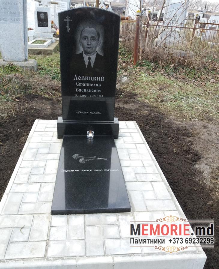 Памятник с надгробной плитой из гранита