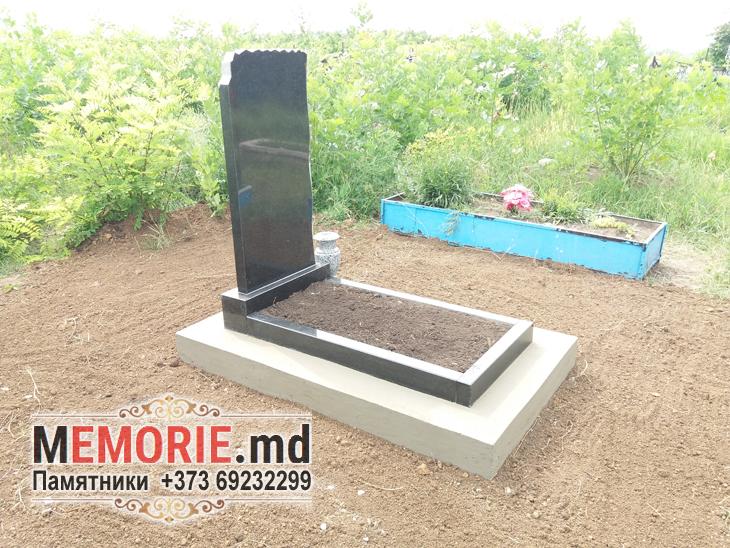 памятник из гранита на могилу с установкой на кладбище в Бельцах