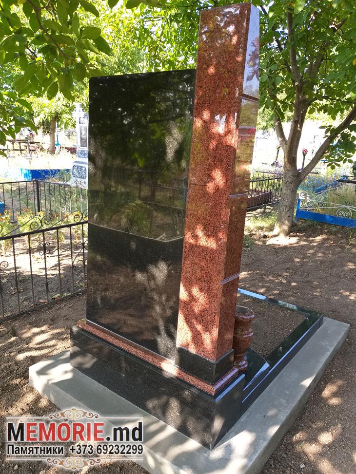 Памятник из красного и черного гранита