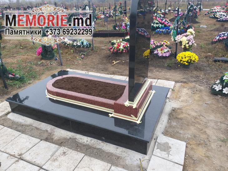 Памятник на могилу из красного и черного гранита