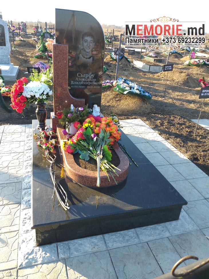 Памятник из красного гранита Бельцы