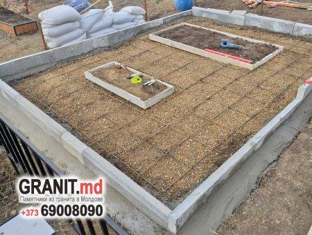 Заливка бетонной площадки под памятник захоронение в Сынжерее